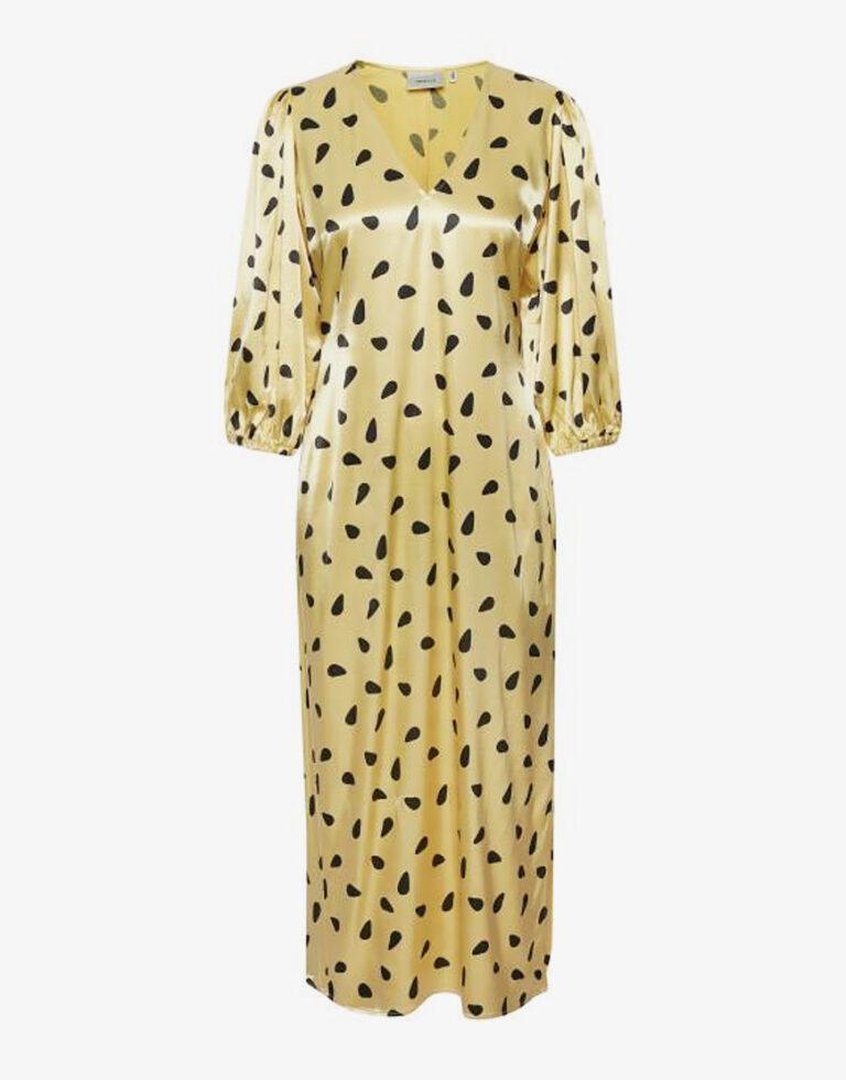 Deze Gestuz Lutille jurk in het geel met een zwart stippen patroon is een perfect item voor dit seizoen. Een vrolijke kleur die perfect past bij het zomerse weer.